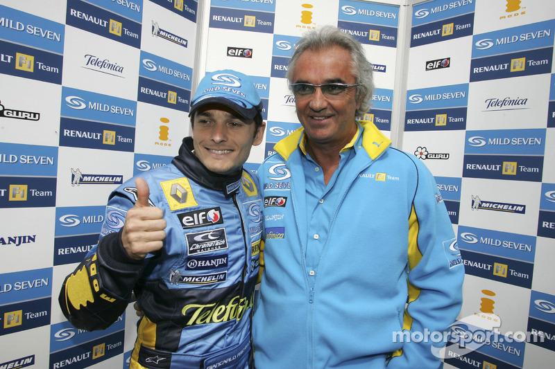 Pole: Kazanan Giancarlo Fisichella kutlama yapıyor ve Flavio Briatore