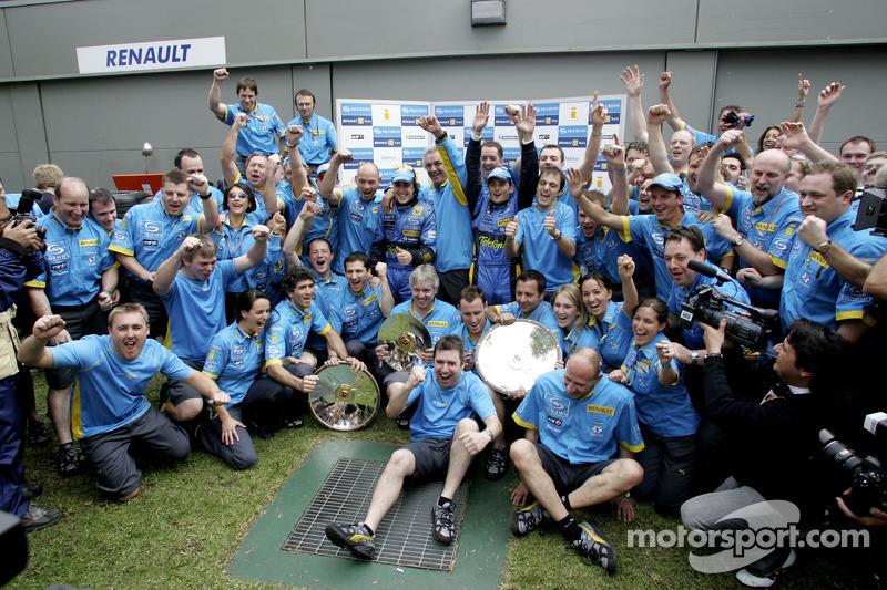 Ganador de la carrera Giancarlo Fisichella celebra con Fernando Alonso, Flavio Briatore y el equipo de Renault