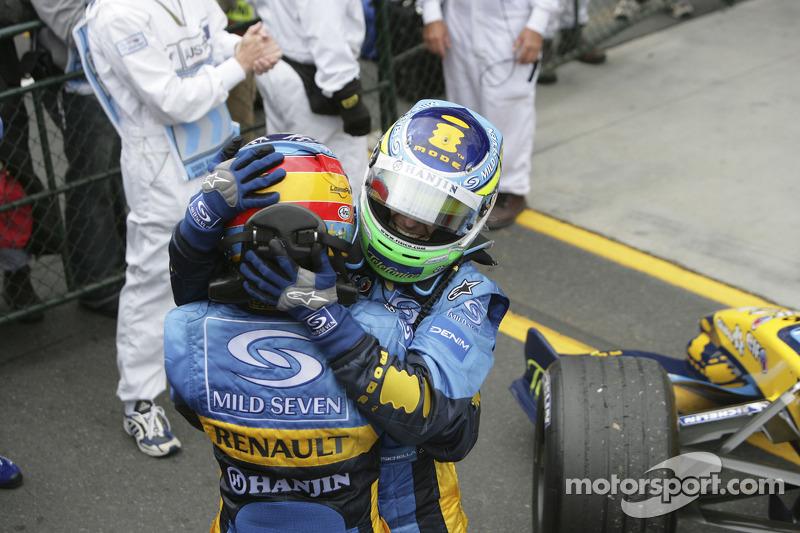 Ganador de la carrera Giancarlo Fisichella celebra con Fernando Alonso