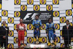 Подиум: победитель гонки Джанкарло Физикелла, Рубенс Баррикелло и Фернандо Алонсо