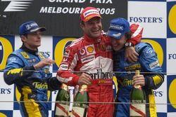 Podio: ganador de la carrera Giancarlo Fisichella con Rubens Barrichello y Fernando Alonso