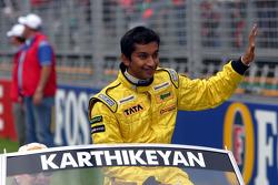 Desfile de pilotos: Narain Karthikeyan