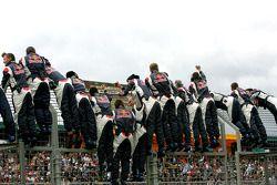 Los miembros del equipo de Red Bull Racing celebran