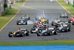 Primera curva: David Coulthard lucha con Mark Webber