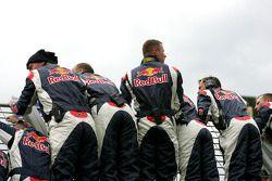 Los miembros del equipo de Red Bull Racing esperan la bandera a cuadros