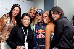 Christian Klien con los invitados de Red Bull Racing