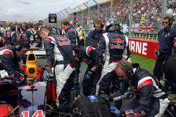 Los miembros del equipo de Red Bull Racing en la parrilla de salida