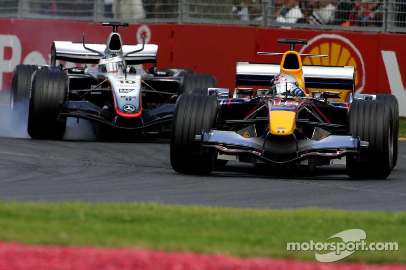 David Coulthard lucha con Juan Pablo Montoya