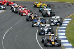 Acción en la primera curva: David Coulthard lidera el grupo