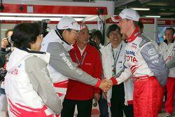 Ralf Schumacher se reúne con el presidente de la Toyota Motor Corporation, Hiroshi Okuda, y el Dr. Akihiko Saito