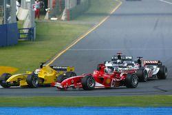Acción en la primera curva: Michael Schumacher lucha con Narain Karthikeyan