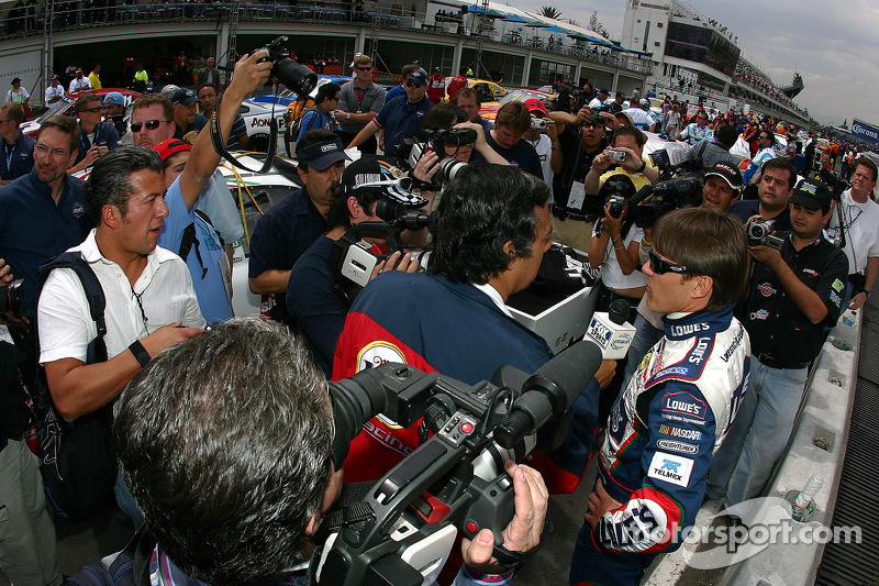 Adrián Fernández con los medios