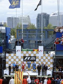 Podio: el ganador de la carrera Giancarlo Fisichella con Rubens Barrichello y Fernando Alonso