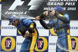 Podio: champán para el ganador de la carrera Giancarlo Fisichella y Fernando Alonso
