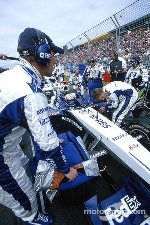 Los miembros del equipo Williams-BMW en la parrilla de salida