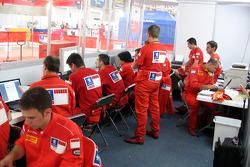 Ingenieros Marlboro Peugeot Total en el trabajo