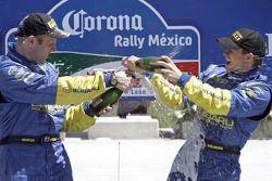 Champán para los ganadores Petter Solberg y Phil Mills