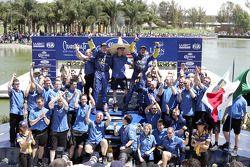 Podio: ganadores Petter Solberg y Phil Mills celebran con el equipo