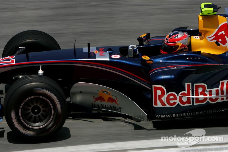 El primer cambio llegó en 2005, incluso antes de que Toro Rosso existiera. Christian Klien, piloto titular, fue sustituido por Vitantonio Liuzzi en cuatro grandes premios de mitad de temporada.