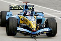 Racewinnaar Fernando Alonso viert feest