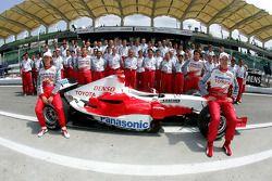 Toyota photoshoot: Jarno Trulli and Ralf Schumacher pose with Toyota team
