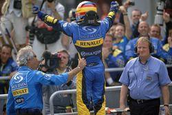 El ganador de la carrera, Fernando Alonso, celebra