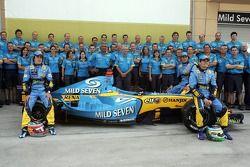 Renault F1 fotoğraf çekimi: Fernando Alonso, Giancarlo Fisichella ve Franck Montagny pose ve Flavio Briatore ve Renault F1 takım elemanları