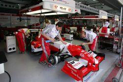 Les membres de l'équipe Toyota au travail