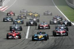 Inicio: Fernando Alonso lleva los cables por delante de Michael Schumacher