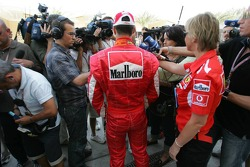 Michael Schumacher en la rueda de prensa después de retirarse de la carrera