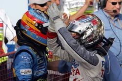 Ganador de la carrera Fernando Alonso celebra con Jarno Trulli