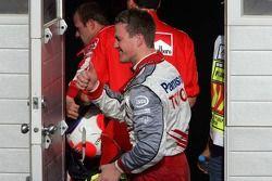 Ralf Schumacher felicita a su compañero de equipo Jarno Trulli después de la carrera