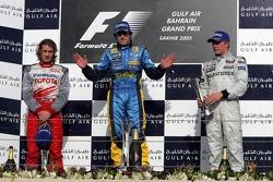 Podium: racewinnaar Fernando Alonso met Jarno Trulli en Kimi Raikkonen