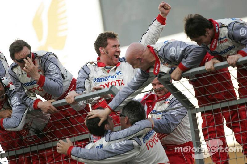 Los miembros del equipo Toyota celebran el segundo lugar de Jarno Trulli
