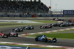 Primera curva: Fernando Alonso conduce mientras Michael Schumacher y Jarno Trulli dan batalla