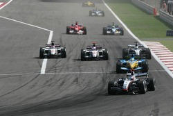 Jenson Button y Takuma Sato batalla por la posición