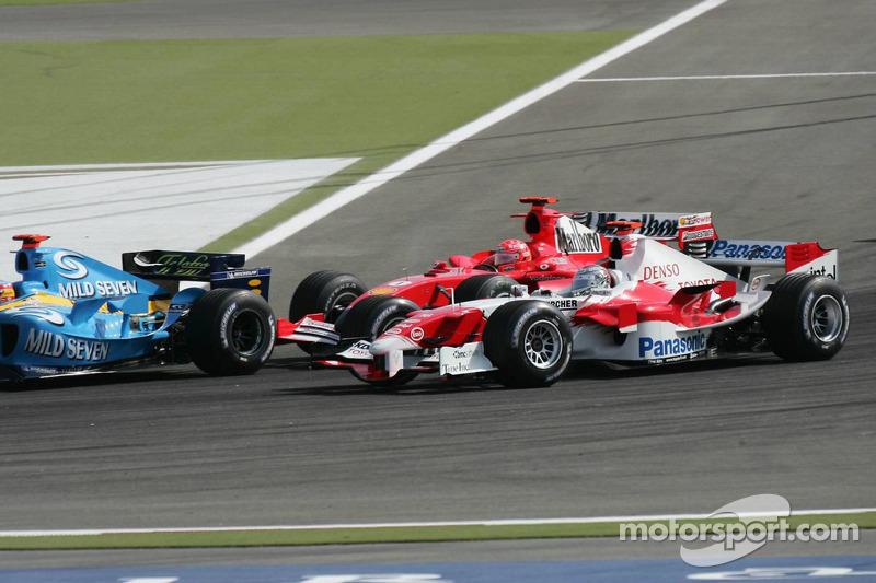 Michael Schumacher y Jarno Trulli batalla por la posición