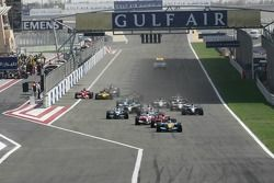 Start: Fernando Alonso takes the leads ahead of Michael Schumacher