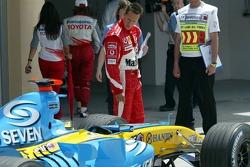 Михаэль Шумахер изучает Renault F1 Фернандо Алонсо