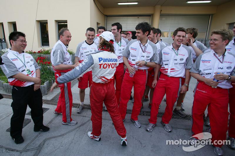 Jarno Trulli celebra con los miembros del equipo Toyota