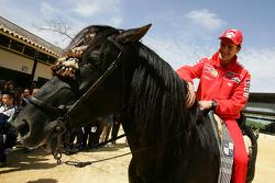 Carlos Checa visite un ranch