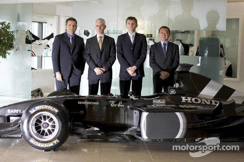 Gil de Ferran, BAR Honda Sporting Director, with Geoffrey Willis, BAR Honda Technical Director, Nick