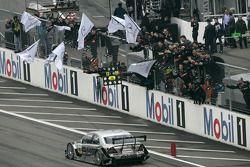 Jean Alesi célèbre sa victoire