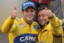 Alex Barros fête sa victoire avec son team manager, Sito Pons