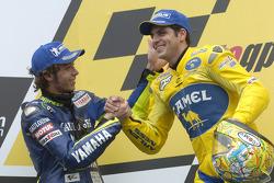 Podio: ganador de la carrera Alex Barros con Valentino Rossi