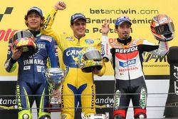 Podio: ganador de la carrera Alex Barros, Valentino Rossi y Max Biaggi
