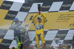 Podium : champagne pour Valentino Rossi et Alex Barros
