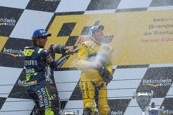 Podio: champagne para Valentino Rossi y Alex Barros