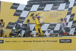 Podio: champagne para Alex Barros, Valentino Rossi y Max Biaggi