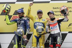 Podium : le vainqueur Alex Barros, avec Valentino Rossi et Max Biaggi